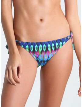 braga bikini atada a los lados